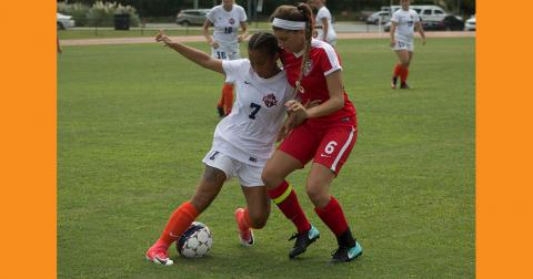 Nicole Esterbrook fights for possession. Photo credits: Kayley Sapp